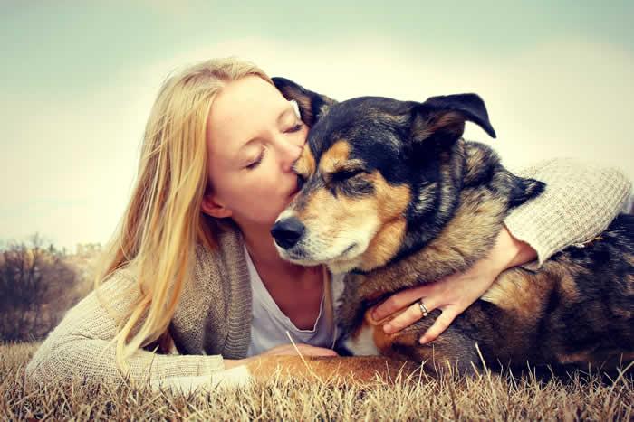 pallivet lady kissing dog